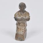 MINIATURA - Escultura em terracota - Criança de joelhos rezando. Medida 9 cm.  Séc. XVIII.