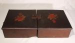 Duas antigas caixas de madeira, com divisões internas, marqueterie floral no tampo, uma das caixas com quebrado. Medida 27 x 25 x 10 cm, cada.