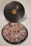 PEÇA NO ESTADO - Conjunto de porta petiscos de porcelana japonesa Imari, com 7 peças, acondicionados em caixa de laca, diâmetro 33 cm.