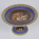 Fruteira de porcelana tcheca Viena, decorada em policromia e figuras, medida 14 x 24 cm.