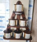 Vintage - conjunto de seis potes para condimentos, em porcelana nacional Porcelanarte Paraná, decorada em ouro, suporte da parede e tampas em madeira, medida do pote 7 x 8 cm.