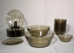 Conjunto para sobremesa de vidro fumê, composto de: 2 saladeiras grandes, 12 saladeiras  e 12 pratos individuais.