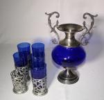 Lote composto de ânfora em vidro azul e 5 copos de água com suportes de metal, medida da jarra 31 x 19 cm.