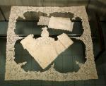 Três cortes de renda belga, sendo: 3,70 x 12 cm; um no formato de L medindo 2,48 x 76 cm, outtro de formato quadrado para montar uma toalha para mesa de chá, medindo 87 x 84 cm.