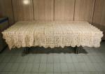 Antiga toalha de renda, pequenos defeitos, medida 214 x 154 cm.