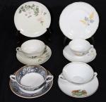 Lote de xícaras de coleção, sendo: 2 para chá com pires  e pratinhos de bolo e 2 xícaras para consomee com pires, ambos de porcelana.