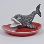 Porta petiscos de porcelana vermelha, adornado por escultura de baleia, medida 24 x 20 x 14 cm.