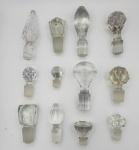 Conjunto de 12 tampas de garrafas e perfumeiros em cristal e vidro, diversos modelos.