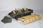 Comandos em Ação - Caminhão de tropa com 8 bonecos, alguns faltando prender o corpo. Medida 38 x 12 cm.