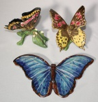 Três esculturas de cerâmica vitrificada, representando borboletas, medida maior 24 x 15 cm, ( uma restaurada).