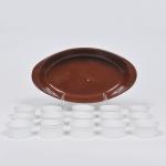 Lote composto de travessa refratária em cerâmica Weiss, medida 32 x 17 cm (pequeno lascado no fundo da alça) e 15 ramequins em fina porcelana branca, medida 6 x 3 cm.