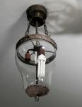 Antigo lustre, para três lâmpadas, estrutura de metal e cúpula de cristal boleado, medida 61 x 30 cm.