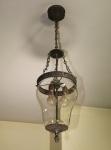 Antigo lustre com longa corrente para três lâmpadas, estrutura de metal e cúpula de cristal boleado, medida total 96 x 30 cm.