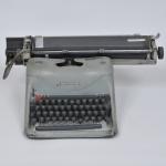 LEXIKON 80 - Antiga máquina de escrever.