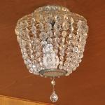Antigo lustre de cristal facetado, correntes em contas, medida 33 x 27 cm.