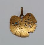 Lindo pingente de ouro cinzelado e adornado por minusculas pedras preciosas, peso 4,7 g.