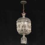 Antigo e belo lustre francês em cristal, pratos lapidados em flores,  pingentes e contas facetadas, no formato de diamantes. Medida 90 x 32 cm. Alguns bicados e lascados.