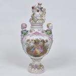 PEÇA NO ESTADO - Belíssimo vaso de porcelana alemã, alças no formato de bustos infantis, manufatura de Dresden - Potschappel, século 19. Medida 60 x 30 cm.