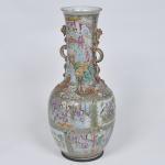 PEÇA NO ESTADO - Grande vaso de porcelana chinesa, decoração Mandarim, alças no formato de dragões, século 19. Fundo com anel de metal. Medida 59 x 26 cm.