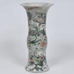 PEÇA NO ESTADO - Belíssimo vaso de porcelana chinesa, decoração nos padrões Família Verde, em bela policromia, medida 45 x 22 cm.