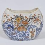 PEÇA NO ESTADO - Belo vaso de faiança decorado nos padrões Imari, marca da manufatura no fundo. Medida 28 x 28 cm.