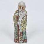 PEÇA NO ESTADO - Escultura de porcelana chinesa, repres. Sábio, assinada. Altura 42 cm.
