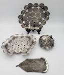 Lote composto de 2 peças elaboradas com moedas de 500 Réis, Império D. Pedro II, em prata,   1 cinzeiro cinzelado, 1 colher e 1 bolsinha em malha. Peso total 531 g.