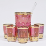 Coqueteleira com soquete e 5 copos em vidro decorado, anos 50. Medida da coqueteleira 15 x 10 cm.