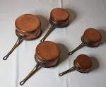 Antigo conjunto de 5 panelas de cobre, em tamanhos diferentes, medida menor 6 x 13 cm, medida maior 10 x 20 cm.