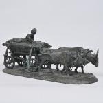 """A. EVGENY LANCERAY (Russia 1848/1886) - Escultura de bronze patinado, """"Chumak montado em carro de boi"""", base oval. Assinada,  e datada  """"E. Lansere"""" 1870, e marca da fundição F. Chopin, tudo em cirílico. Falta uma presilha da canga do boi. Rara escultura. Medida 53,3 x 21 cm."""