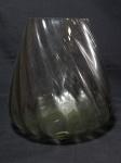 Vaso floreira, vidro translúcido, base redonda, bojo torcido, borda serrilhada. Alt. 28cm.