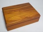 Caixa porta-joias em madeira de cerejeira, interior com placas de eucatex forradas por veludo formando divisórias. Total 9 x 28 x 21cm.