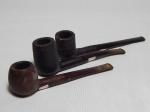 Três cachimbos em madeira, cabo em baquelite, sendo um com marca da manufatura Harvey e um da Dunhill. Comps. 15, 16 e 17cm.