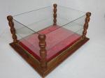 Vitrine expositora em madeira nobre, colunas torneadas, laterais, tampo e prateleira em vidro. Fundo estofado com veludo vermelho. 21 x 41 x 32cm.