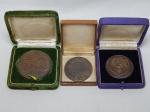 NUMISMÁTICA - Três medalhas em metal, comemorativas: Homenagem da Escola de Guerra Naval, 5º Centenário do Nascimento do Descobridor e Brasil - Portugal, vista do Presidente Médici. Estojos originais. Maior 6cm.