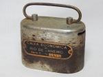 COLECIONISMO - Cofre em metal, Caixa Econômica do Rio de Janeiro. Sem chave. oxidação. 8 x 11 x 6cm.