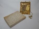 Bolsa de ombro em malha de metal dourado, interior forrado em cetim. excelente estado. 18 x 14cm.