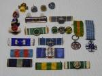 MILITARIA - Duas miniaturas de medalhas Militar e Mérito Aeronáutico, 10 barretas e 10 botões, diversas ordens.