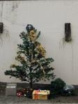 Arvore de Natal, galhos em poliéster e diversos enfeites e bolas natalinos. Alt. total 200cm.