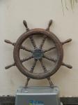 """Timão ou Roda de Leme em madeira torneada em bilros, guarnição de metal, inscrição """"Corena, Itajaí - SC"""" . Oxidação e necessita lustrar a madeira. Diam. 90cm."""