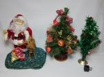 Papai Noel e rena, grupo musical e 2 arvores de Natal pequenas. Não testado e sem garantias. Alts. 32 - 36 e 20cm.