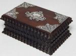 Porta joias em madeira em madeira nobre, laterais com tremidos, tampa aplicada com detalhes em prata. 6 x 15 x 9,5cm.