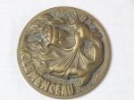 NUMISMÁTICA - Medalha em bronze moldada com figura de felino e a inscrição Clemenceau. Diam. 8,5cm.