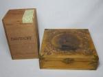 Duas caixas em madeira; 1 do charuto Davidoff e 1 aplicada na tampa com reprodução de barco a vela. 19 x 9,5 x 10,5cm e 6 x 21,5 x 21,5cm.