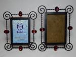 Dois porta retratos em metal, aplicados com pedras vermelhas. 22 x 17 e 19 x 15cm.
