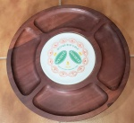 Bandeja giratória em madeira nobre, centro aplicado com prato de porcelana decorado com tipo de queijo (roquefort). Marcada Tropic-Art. Diam. 44cm.