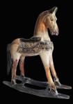 Grande cavalo de balanço em madeira trabalhada e ricamente policromada. Medida 54x60cm.