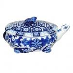 Espetacular recipiente em porcelana oriental na forma de tartaruga com policromia azul de  florais e guirlandas . Medida 25x15cm.