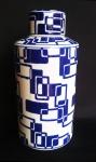 Grande porcelana em padrão geométrico nas cores azul e branco. Medida 30 cm de altura.