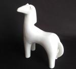 Pônei de porcelana branca com design moderno. Medida 14x19cm.